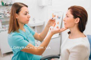 Розтин фурункула вуха і перев'язка післяопераційної рани